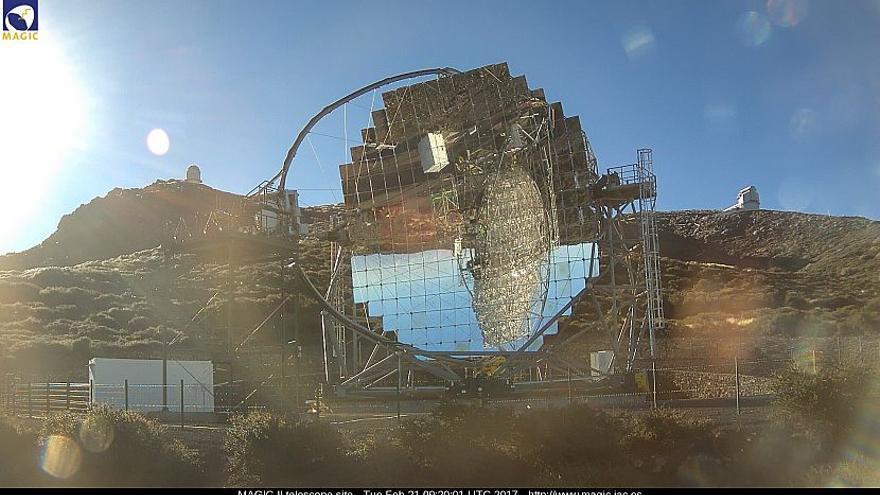 Imagen del entorno de Observatorio del Roque de Los Muchachos este martes, con uno de los telescopio MAGIC en primer término. (Imagen captada de la webcam de los MAGIC).