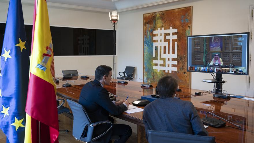 El presidente del Gobierno, Pedro Sánchez, y el director de la Oficina Económica de Moncloa, Manuel de la Rocha, participan en la videoconferencia del G20 este jueves, 26 de marzo de 2020.
