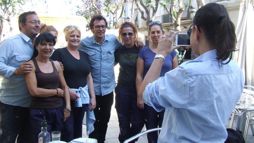 Kichi se fotografía junto a un grupo de trabajadores en la plaza del Mentidero/ FOTO: Francisco Jiménez