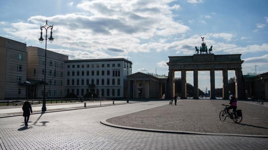 Vista de una prácticamente vacía Pariser Platz, con la puerta de Brandenburgo al fondo, en Berlin, Alemania.