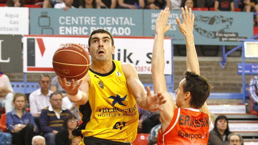Saúl Blanco entra a canasta ante la defensa de Eriksson en el encuentro entre el Manresa y el CB Canarias. ACB Photo / J. Alberch