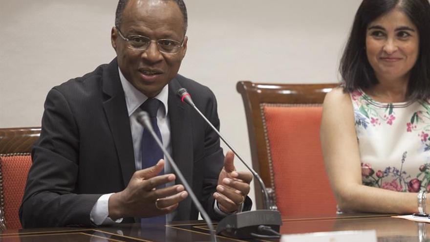 El primer ministro del Gobierno de la República de Cabo Verde, Ulisses Correia e Silva, junto a la Presidenta del Parlamento de Canarias, Carolina Darias (d) durante su visita al Parlamento de Canarias.