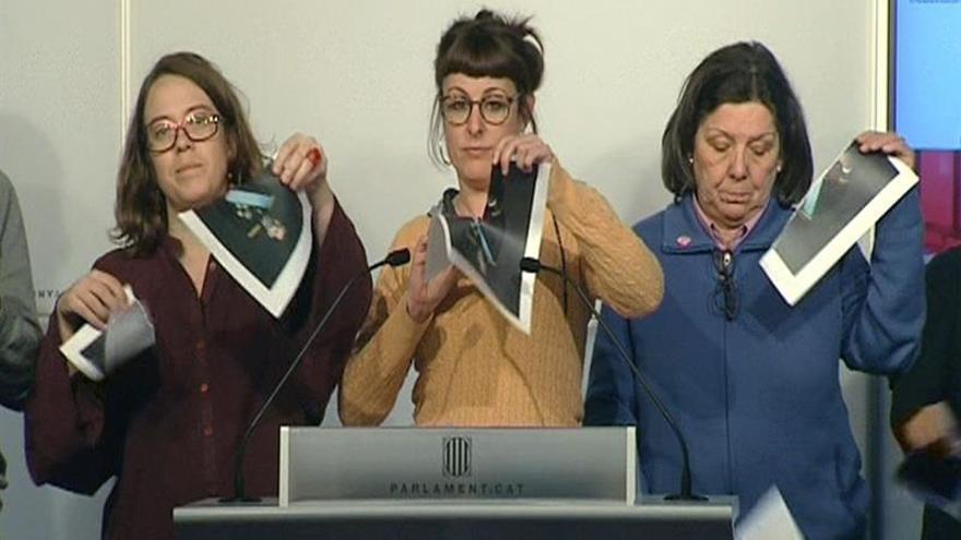 La Mesa del Parlament aplaza la decisión de si reprobar a la CUP por romper foto del Rey