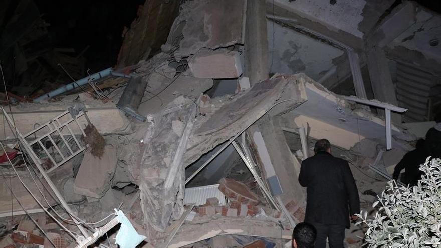 Al menos 18 personas murieron y otras 553 resultaron heridas por el seísmo de 6,5 grados de magnitud que sacudió este viernes el sureste de Turquía.