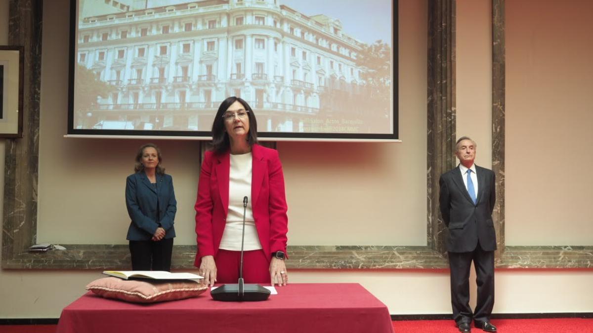 Cani Fernández, durante su toma de posesión como presidenta de la CNMC, junto a Nadia Calviño y José María Marín Quemada.