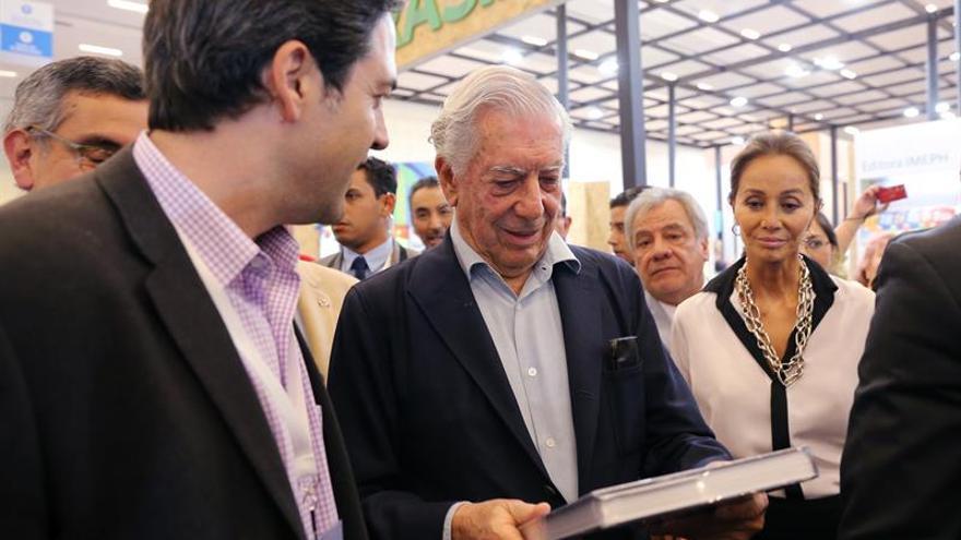 Vargas Llosa e Isabel Preysler pasean su amor por feria del libro mexicana