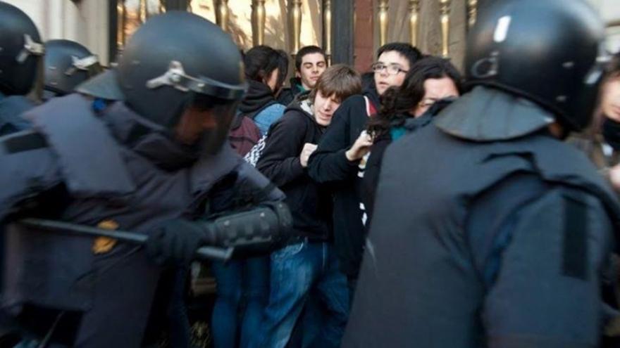 Imagen de una carga policial contra estudiantes valencianos