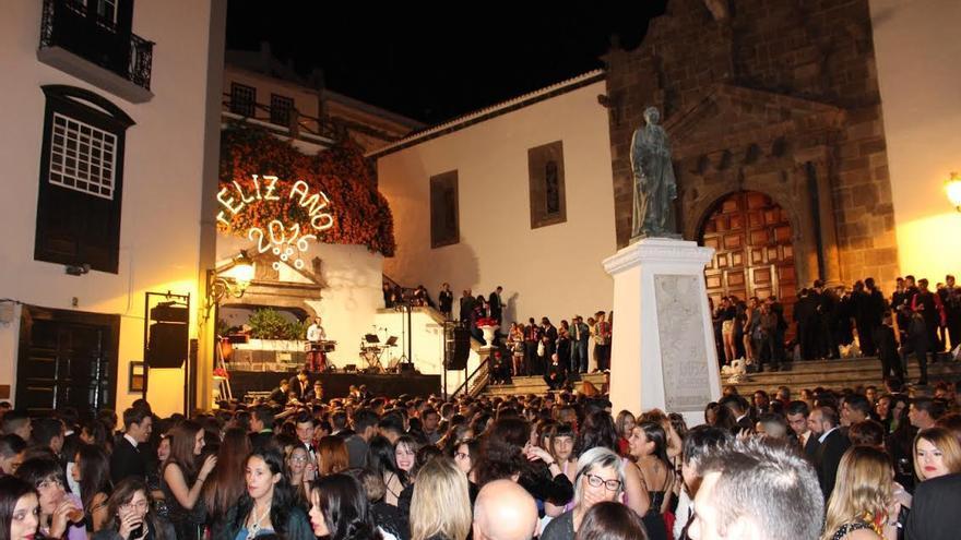 Fiesta de bienvenida del año nuevo 2016 en la Plaza de España de Santa Cruz de La Palma. Foto: JOSÉ AYUT.