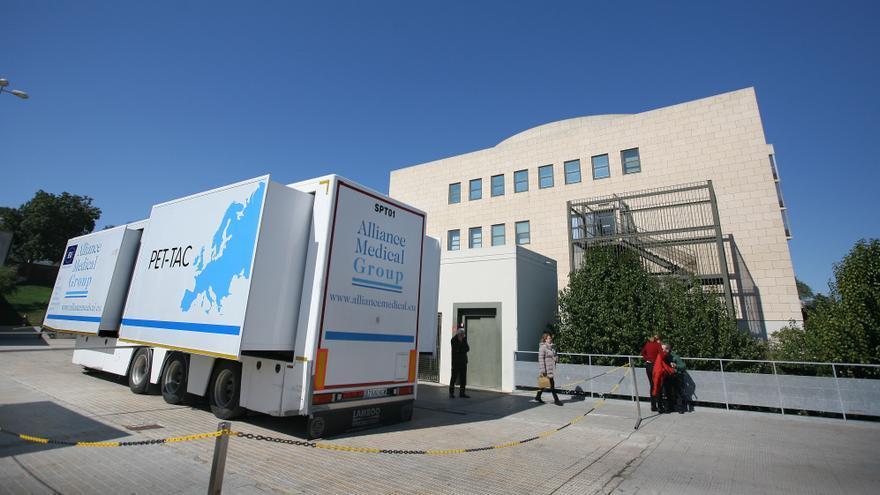El camión con el equipo para detectar tumores junto al hospital de Alzira