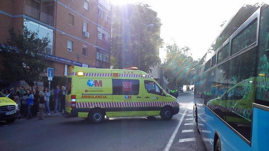 La ambulancia se lleva a Ana al hospital mientras continúa el intento de desahucio./ @asamcarabanchel.