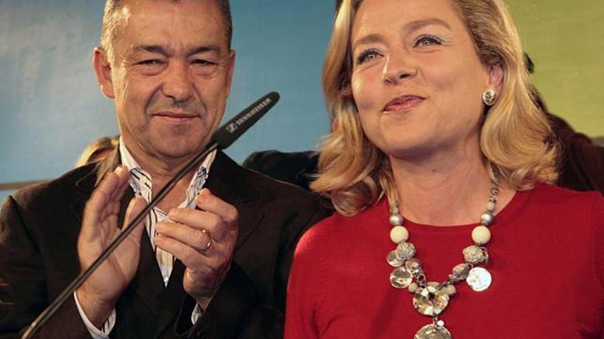 El expresidente del Gobierno de Canarias, Paulino Rivero, aplaude a la candidata de Coalición Canaria, Ana Oramas, tras conocer los resultados de las elecciones generales celebradas en 2011. (EFE/CRISTÓBAL GARCÍA)