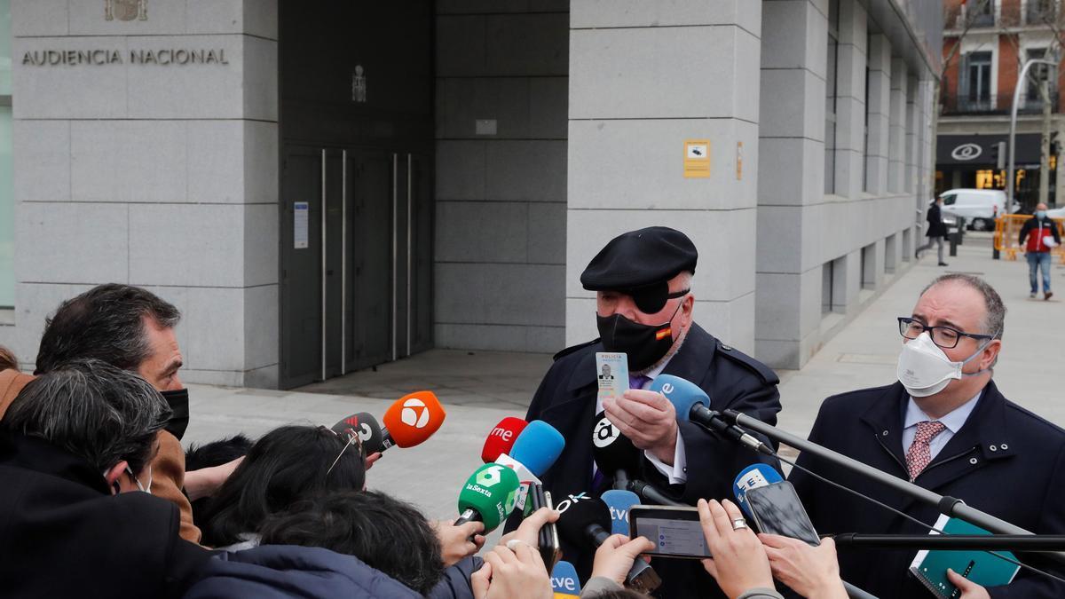 El ex comisario José Manuel Villarejo (c) atiende a los medios a su salida de la Audiencia Nacional. EFE/Emilio Naranjo/Archivo