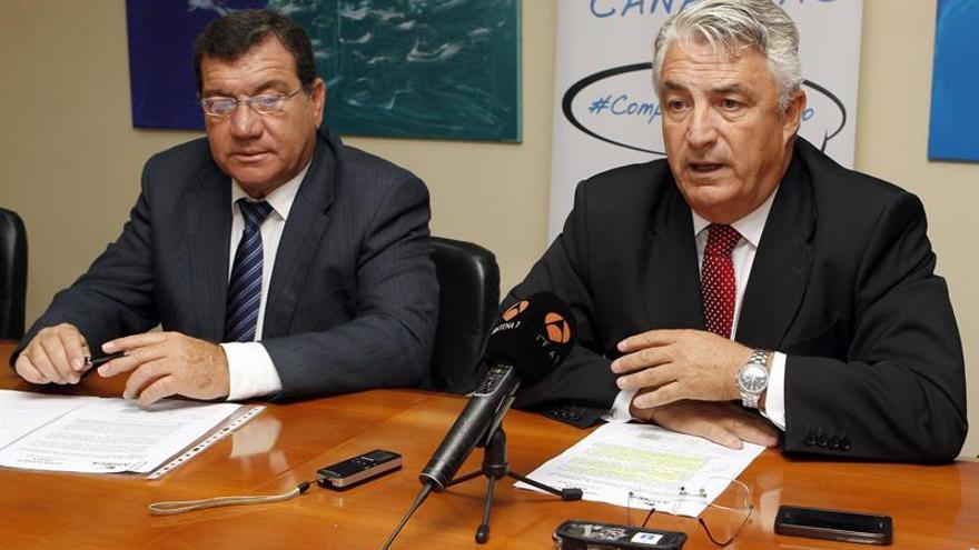 El presidente de la Asociación Industrial de Canarias (Asinca), Eugenio Castillo (d) y el vicepresidente de la provincia de Santa Cruz de Tenerife, Ramon Villalba. (Efe/ Elvira Urquijo).