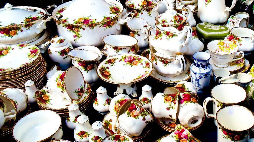 Porcelana inglesa en un puesto del Mercado de Portobello.