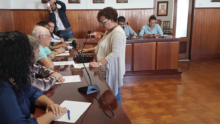 La nueva concejala del grupo Socialista en el Ayuntamiento de Tazacorre Mari Carmen González Martín juró el cargo en el pleno celebrado el pasado lunes.