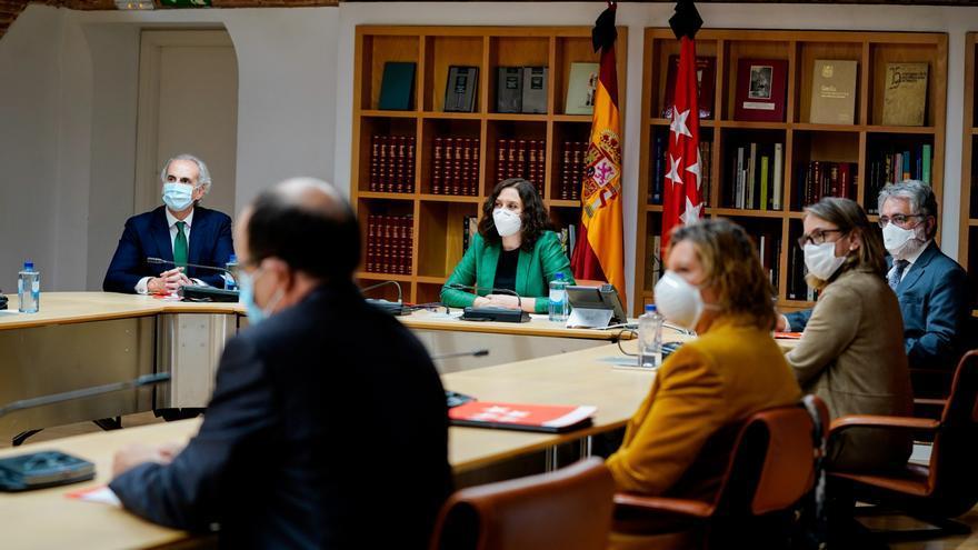 El consejero de Sanidad, Enrique Ruiz Escudero, y la presidenta de la Comunidad de Madrid, Isabel Díaz Ayuso, durante su encuentro con sectores médicos.