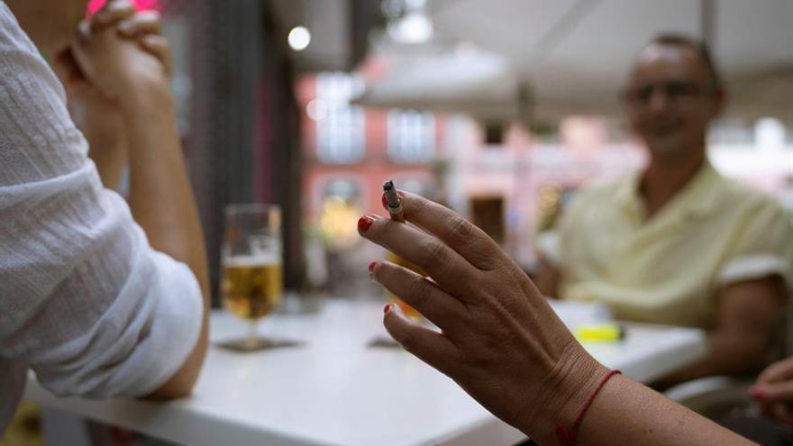 """La hostelería tacha de """"tomadura de pelo"""" la prohibición de fumar en las terrazas """"sin estar avalada por ninguna evidencia científica"""""""