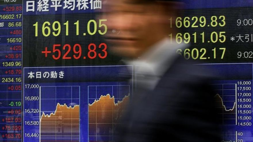 Tokio alcanza al descanso su nivel más alto en el último mes gracias al yen