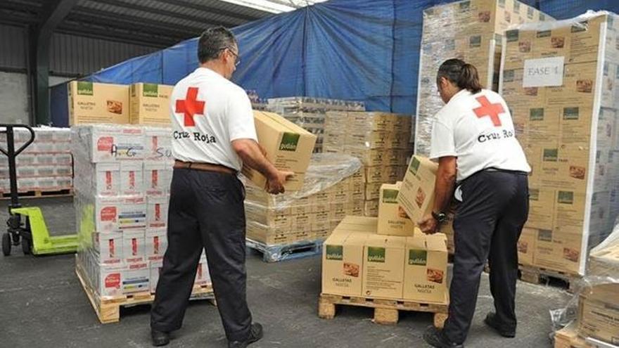 Voluntarios de Cruz Roja en el almacén de alimentos.