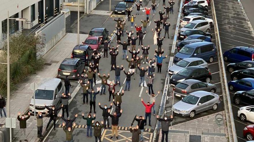 Protesta frente a la fábrica de PCB en Barakaldo contra la actuación de la Ertzaintza durante las protestas de este lunes