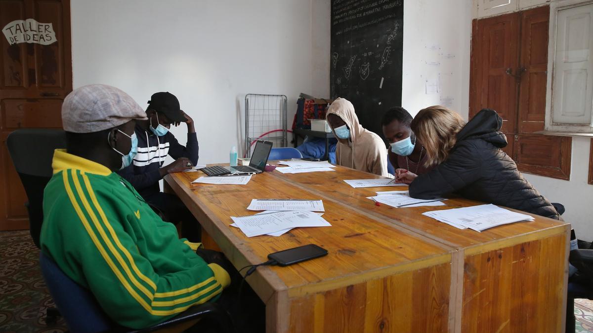 Clases de español a la que asisten *Mbaye o Assane tres días por semana en un espacio de 'coliving' en el que están acogidos.