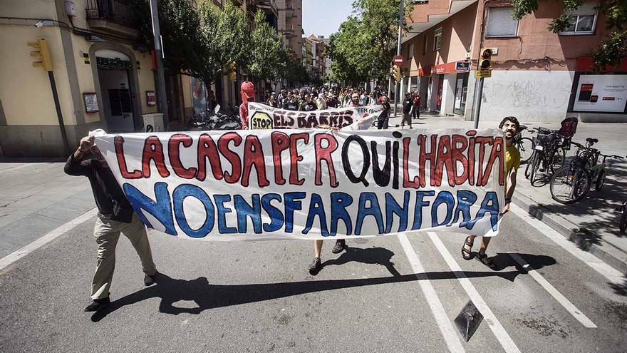 La manifestación recorre las calles del barrio de Sants (Barcelona)