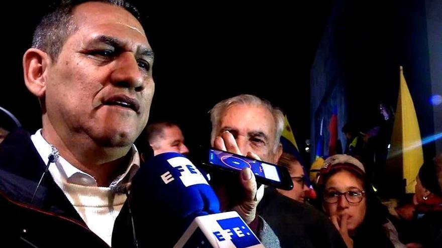 Wilmer Guaidó (i), padre del presidente de la Asamblea Nacional venezolana, Juan Guaidó, ha participado este miércoles en una concentración en Santa Cruz de Tenerife. EFE/Cristina Magdaleno