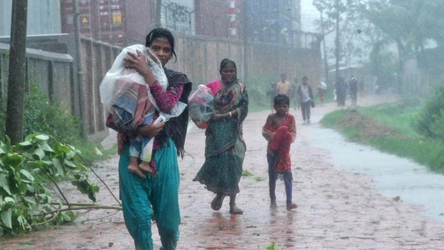 """Al menos 10 muertos y 500.000 evacuados por el ciclón """"Roanu"""" en Bangladesh"""