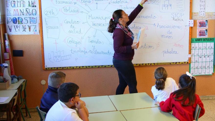 Una docente y sus alumnos, en el aula adaptada en Tacoronte, isla de Tenerife