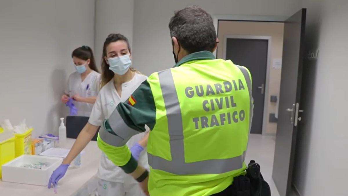 Vacunación a un agentes de la Guardia Civil de la Agrupación de Tráfico en Toledo