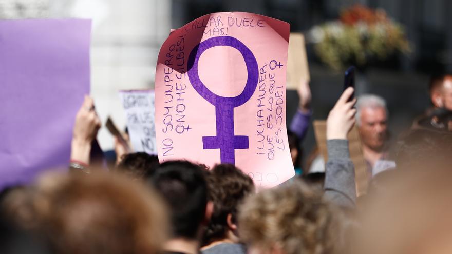 Numerosas mujeres portan pancartas y banderas con proclamas feministas durante la manifestación convocada por el Sindicato de Estudiantes y su plataforma feminista (Libres y Combativas) para secundar la huelga del 8M, en la Puerta del Sol de Madrid.
