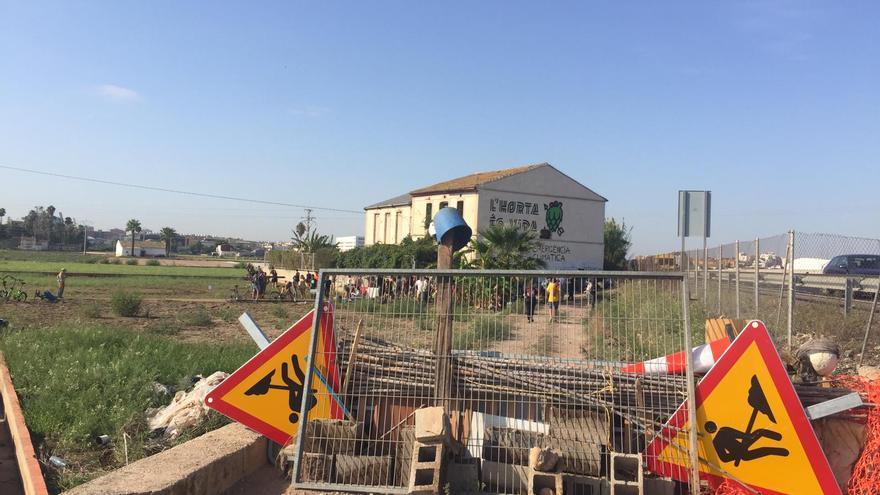 Barricada montada por los activistas para cortar los accesos al Forn de Barraca
