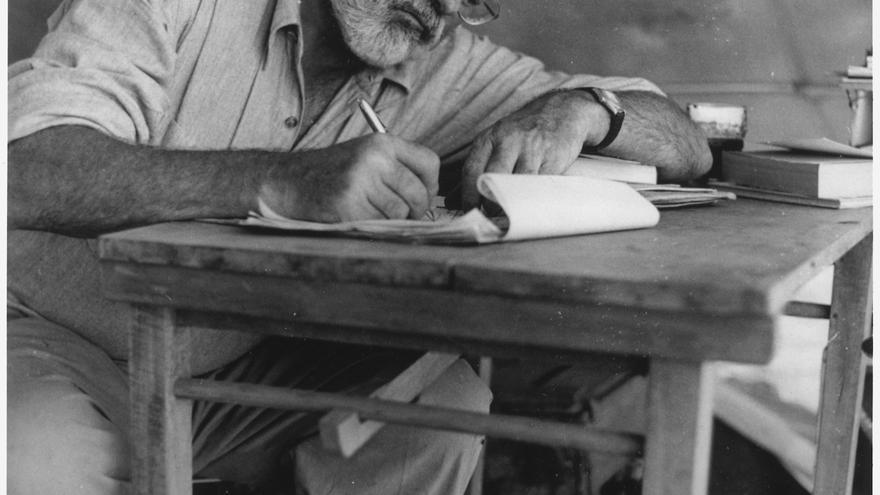 El escritor Ernest Hemingway escribiendo en un campamento en Kenia.
