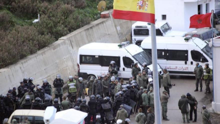 Gendarmes marroquíes tras el intento de salto en Ceuta / EFE