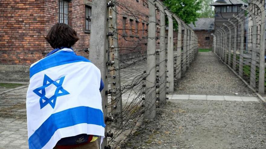 """Una participante en la 28ª """"Marcha de los vivos"""" , que el pasado mes de mayo recorrió los tres kilómetros de la """"carretera de la muerte"""" que unía los campos de exterminio de Auschwitz I y Auschwitz II en recuerdo de las víctimas del Holocausto.."""
