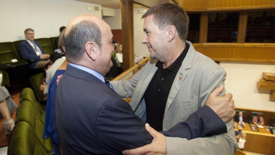 Otegi y Ortuzar, saludándose en el Parlamento Vasco