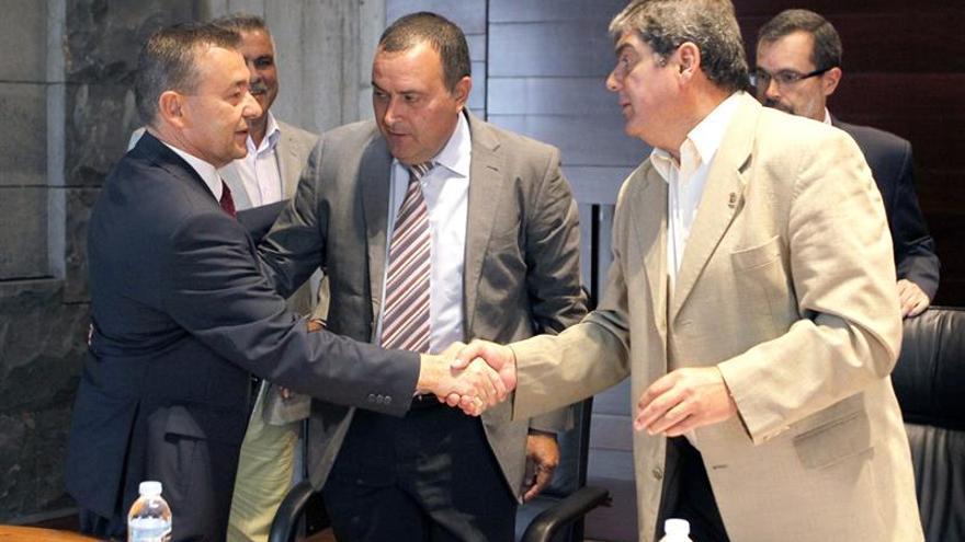 Paulino Rivero saluda al presidente y al vicepresidente de la Fecam, Manuel Ramón Plasencia e Ignacio Rodríguez, respectivamente.