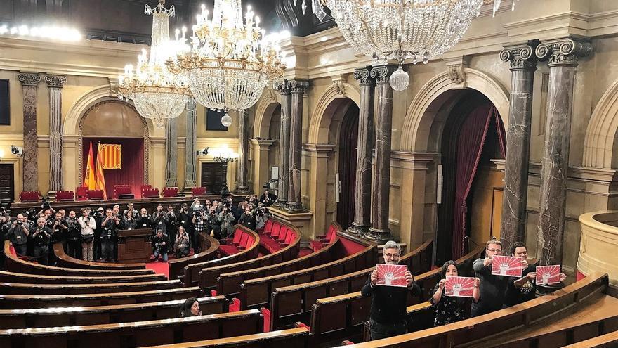 Los 4 diputados de la CUP asisten unos minutos al pleno del Parlament pese al aplazamiento