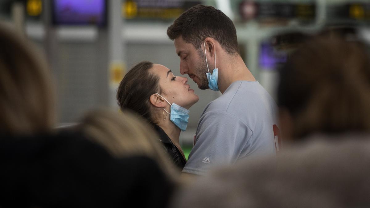 El beso de una pareja en el aeropuerto de Barcelona, el 12 de marzo de 2020