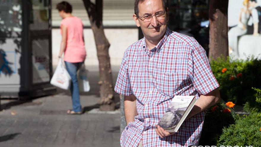 Rafael Carpintero posa durante su última visita a Córdoba con 'Paz', de Tanpinar, su última traducción del turco |MADERO CUBERO