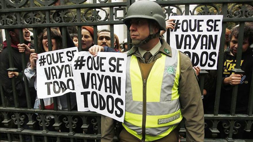 Estudiantes chilenos marchan en Santiago y se enfrentan con la policía