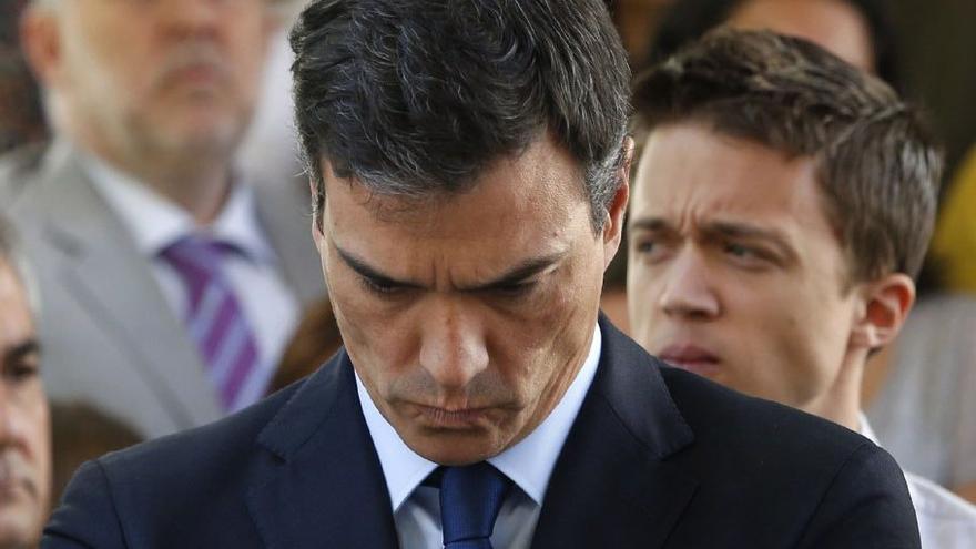 El presidente del Gobierno en funciones, Pedro Sánchez, y el diputado autonómico de Más Madrid, Íñigo Errejón