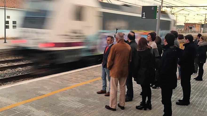 El diputado castellonense del PP en el Congreso Miguel Barrachina en la estación de Alcalà de Xivert