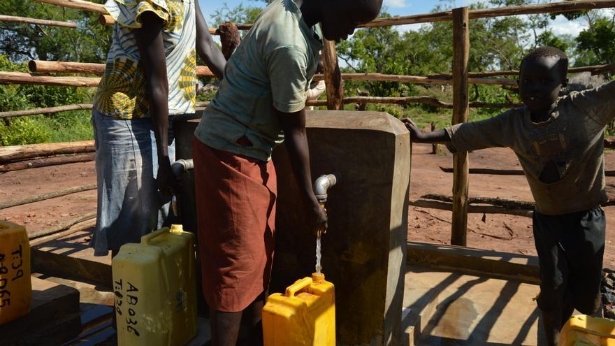 Desde julio de 2016, cuando nuevos combates estallaron en Juba, Sudán del Sur, Uganda sigue recibiendo refugiados del país vecino. Según Acnur, el número total de refugiados sudaneses en Uganda es superior a un millón, con un promedio de 2.000 nuevos refugiados cada día. Con la actual estación lluviosa, las inundaciones han afectado partes de los asentamientos de refugiados y otros refugios de los desplazados. Las fuertes lluvias también han causado que las carreteras se deterioren, lo que conlleva un menor acceso a agua potable y a servicios de saneamiento más pobres en las zonas afectadas; Existe un alto riesgo de cólera y otras enfermedades transmitidas por el agua. Fotografía: Yuna Cho/MSF