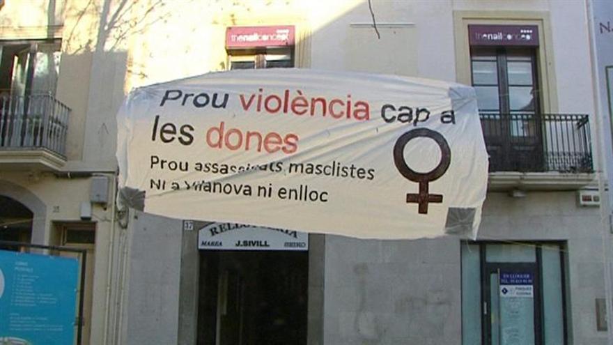 Imagen de archivo: Imagen de televisión de un cartel contra la violencia machista colocado en la rambla de Vilanova i la Geltrú (Barcelona).