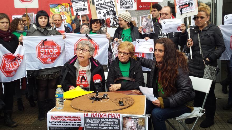 Maria Luisa rodeada de miembros de la Plataforma Stop Desahucios Gipuzkoa.