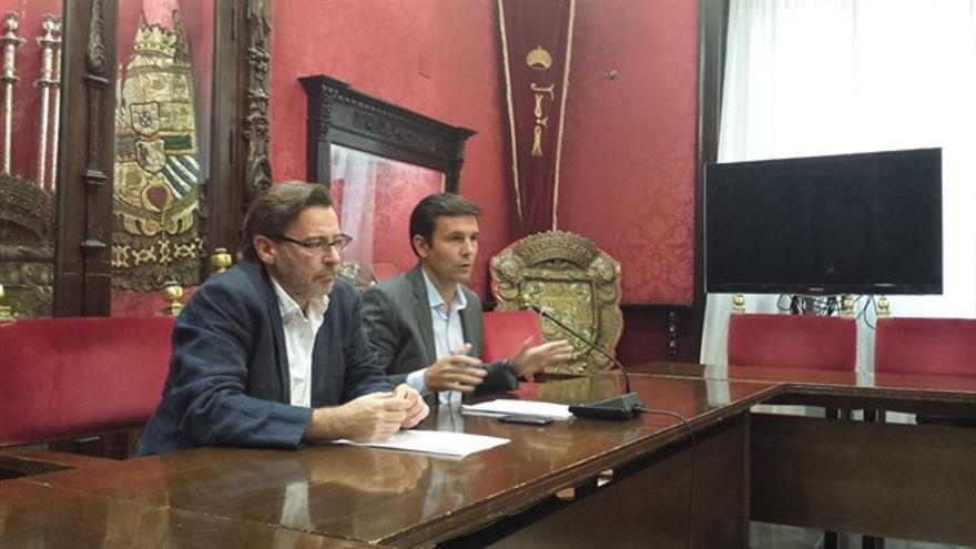 Baldomero Oliver, concejal de Hacienda, en primer plano y Francisco Cuenca