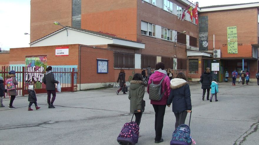 Entrada del CEIP Latina, en Madrid. / J.G.