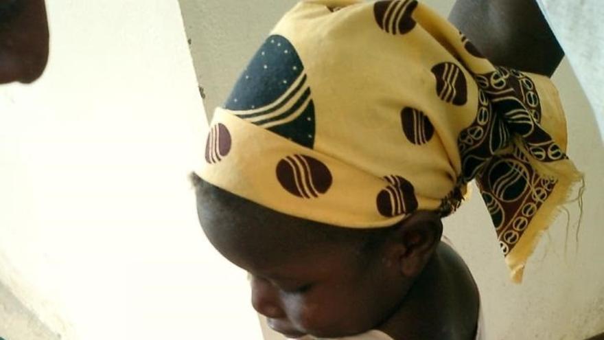 Archivo - Una niña en un centro de salud de Mozambique recibe una inyección de la vacuna contra la malaria