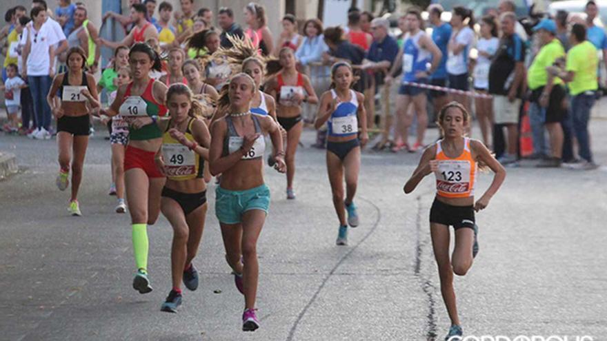 Jóvenes participando en una milla urbana | LARREA